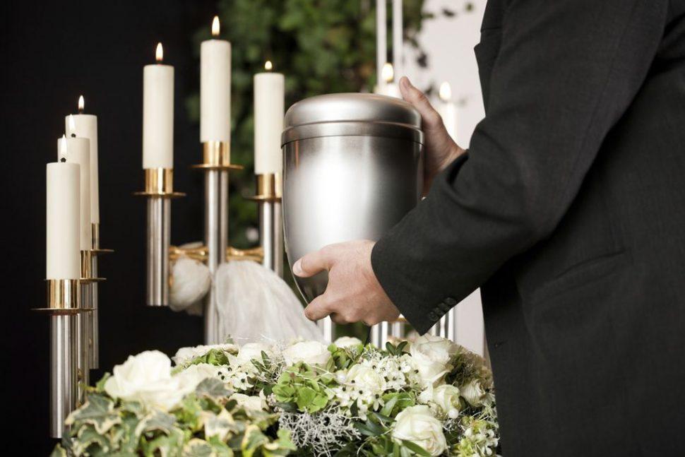 Tout comme l'inhumation, la dispersion des cendres doit également avoir une cérémonie